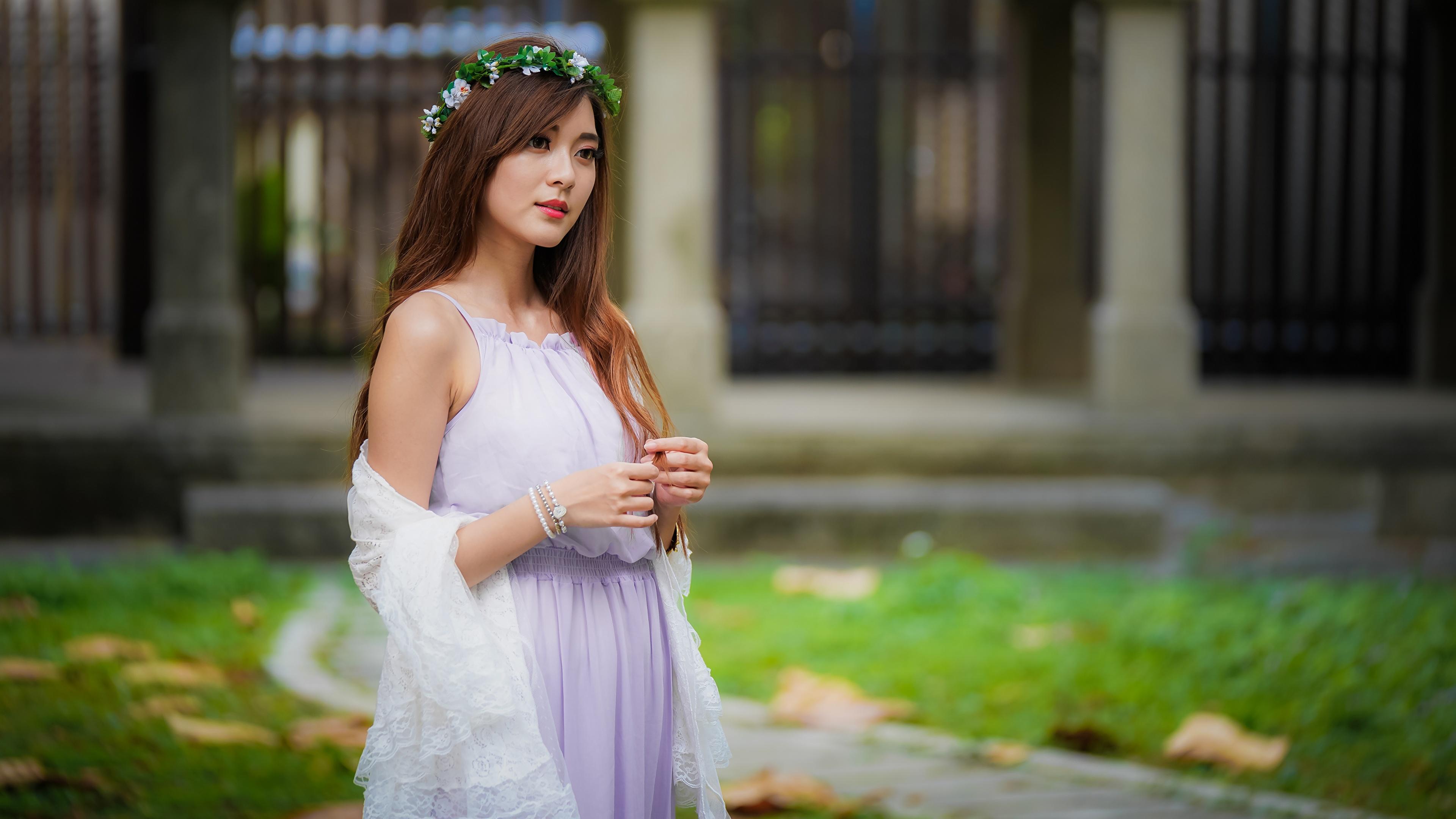 Фотография шатенки Размытый фон венком молодая женщина Азиаты платья 3840x2160 Шатенка боке Венок девушка Девушки молодые женщины азиатки азиатка Платье