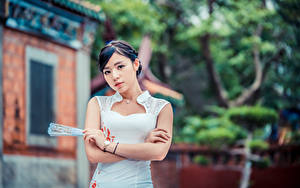 Фотография Азиаты Платье Веер Руки Взгляд Боке молодая женщина