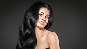 Фотография Серый фон Брюнетка Волосы Улыбка Взгляд Красивые Девушки