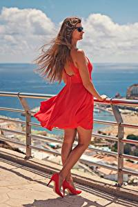 Картинки Испания Шатенка Очки Платье Туфли Красные Забора Канары Ветром Gran Canaria девушка