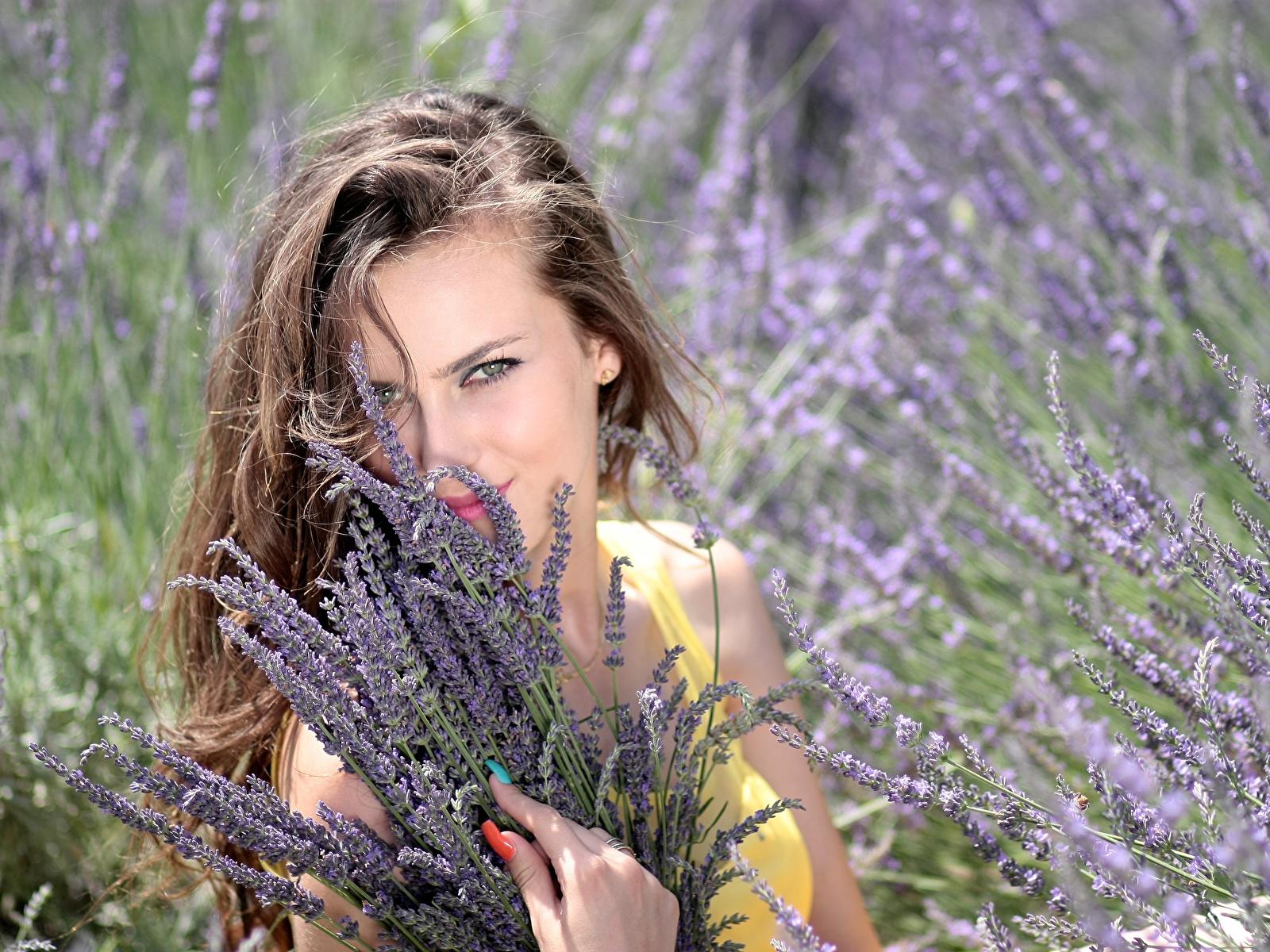 Фото Шатенка Маникюр Улыбка Красивые Девушки Лаванда Взгляд 1600x1200 смотрит