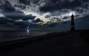 Картинка Берег Маяки Небо Ночные Залива Молнии