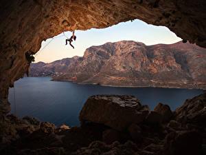 Фотографии Греция Горы Камни Альпинизм Пещера Залив Альпинист Скала Kalymnos Девушки