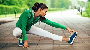 Фото Фитнес Растяжка упражнение Ног Сидя спортивные Девушки