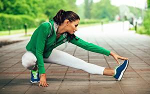 Фото Фитнес Растяжка упражнение Ног Сидя Спорт Девушки