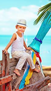Фотография Мальчики Шляпа Сидит Майка Дети