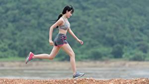 Картинки Фитнес Азиатка Брюнетка Бег девушка