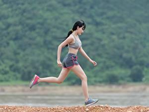 Картинки Фитнес Азиаты Брюнетка Бег Девушки