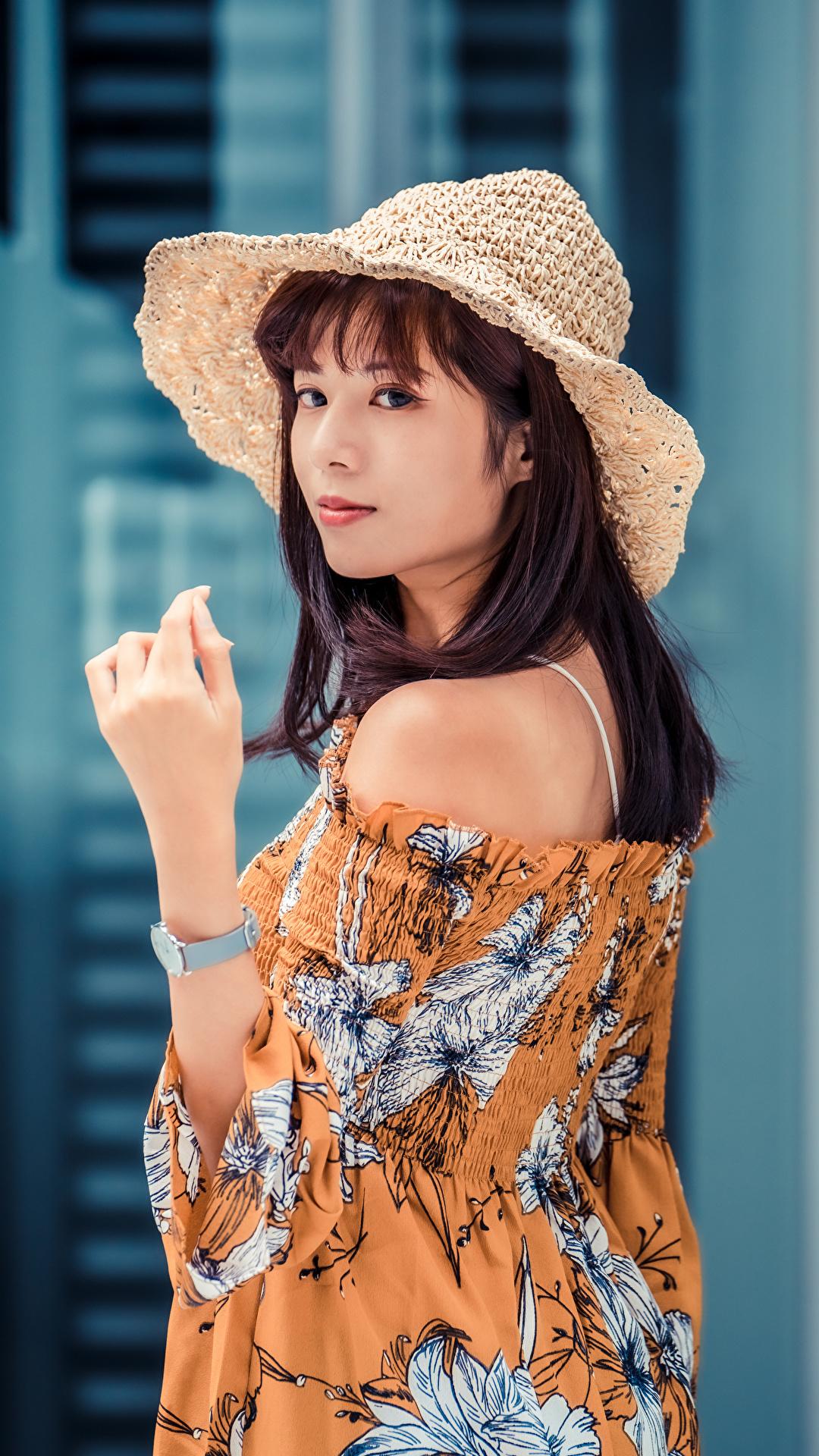 Фото Шатенка Блузка Шляпа молодая женщина Азиаты рука смотрит 1080x1920 для мобильного телефона шатенки шляпы шляпе девушка Девушки молодые женщины азиатки азиатка Руки Взгляд смотрят