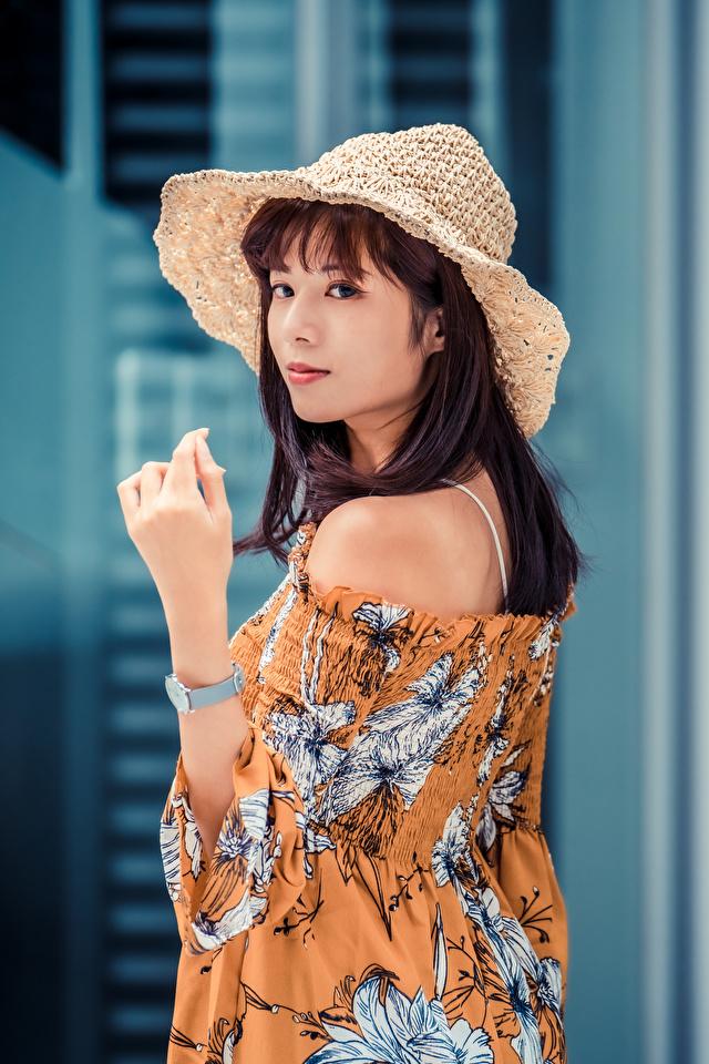 Фото Шатенка Блузка Шляпа молодая женщина Азиаты рука смотрит 640x960 для мобильного телефона шатенки шляпы шляпе девушка Девушки молодые женщины азиатки азиатка Руки Взгляд смотрят