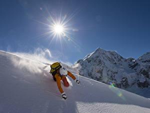 Фото Зимние Горы Лыжный спорт Мужчины Снег Солнце Шлем Спорт
