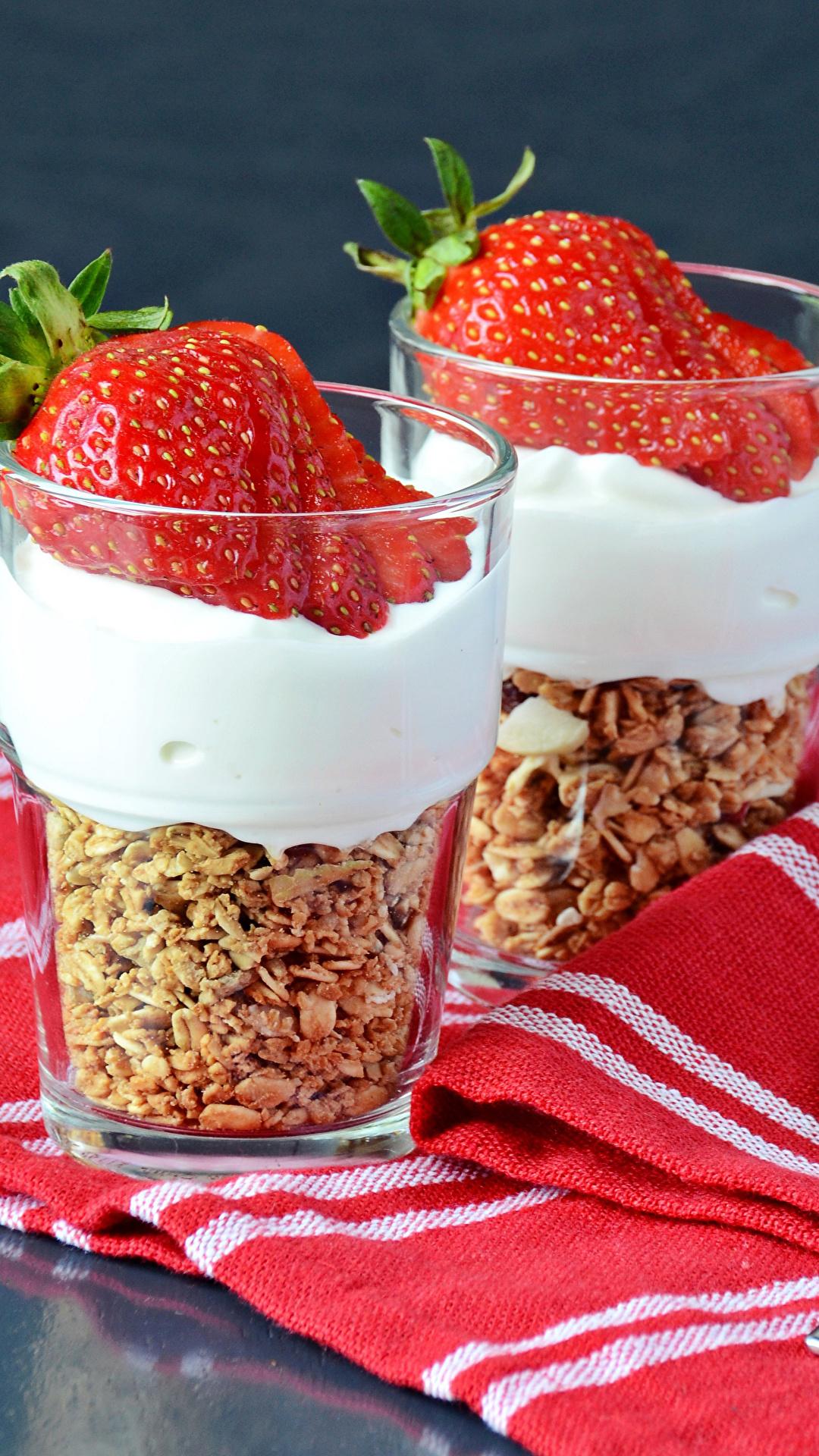 Фотография 2 Стакан Десерт Клубника Еда 1080x1920 две два Двое вдвоем стакана стакане Пища Продукты питания