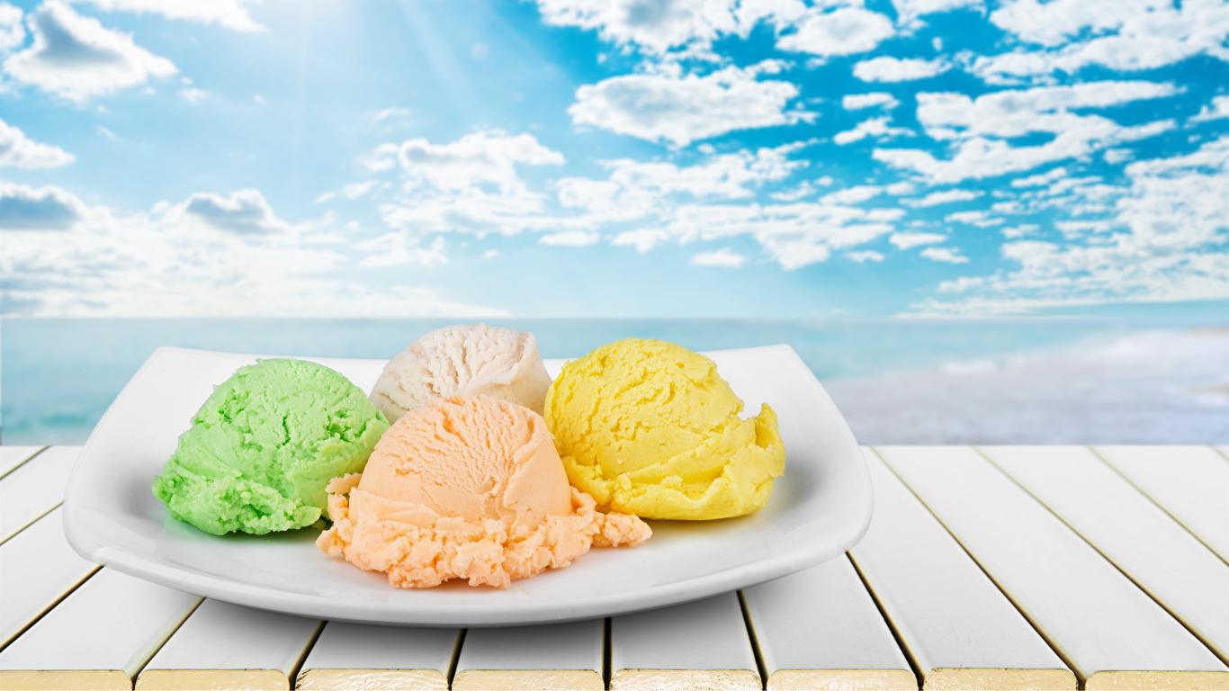 Фото Мороженое Небо Шар Пища Тарелка Облака Сладости Доски 1366x768 Еда Шарики тарелке Продукты питания облако облачно сладкая еда