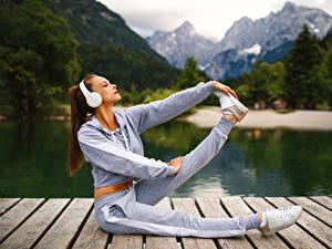 Фотография Фитнес Наушники Шатенка Тренировка Ноги спортивная Девушки