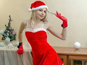 Обои Рождество Блондинка Шапки Улыбка Перчатки Смотрит Девушки