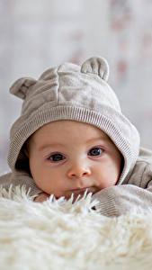 Картинка Младенцы В шапке Смотрят