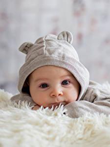 Картинка Младенцы В шапке Смотрят Дети