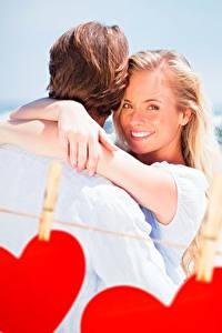 Обои Влюбленные пары День всех влюблённых Сердце Улыбается Прищепки Блондинка девушка