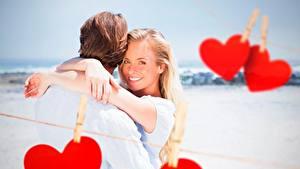 Обои Влюбленные пары День всех влюблённых Сердце Улыбка Прищепки Блондинка Девушки