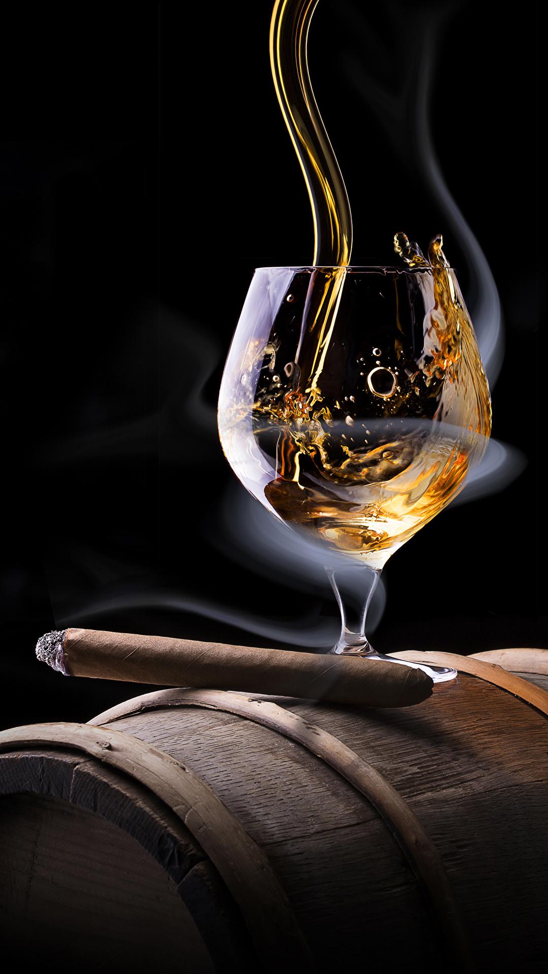 Фотографии Сигара Алкогольные напитки Виски Еда Дым Бокалы Черный фон 1080x1920 для мобильного телефона