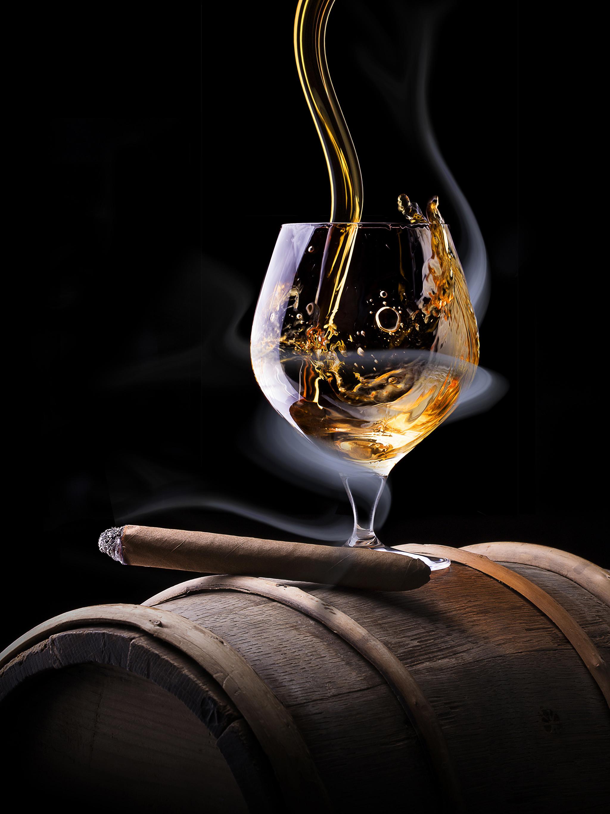 Фотографии Сигара Алкогольные напитки Виски Дым Пища Бокалы Черный фон 2048x2732 Еда Продукты питания