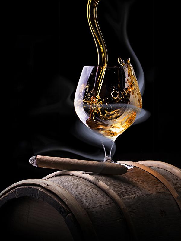 Фотографии сигары Алкогольные напитки Виски Дым Бокалы Продукты питания на черном фоне 600x800 Сигара сигарой Еда Пища дымит бокал Черный фон