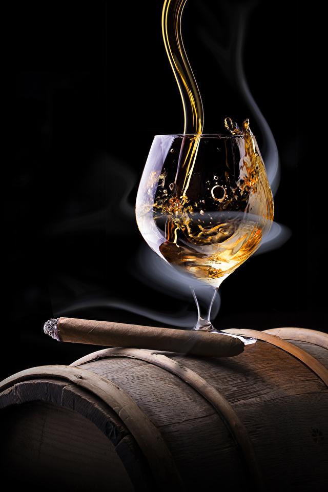 Фотографии Сигара Алкогольные напитки Виски Еда дымит бокал Черный фон 640x960 Дым Пища Бокалы Продукты питания