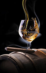 Фотографии Алкогольные напитки Виски Черный фон Сигара Бокалы Дым Еда