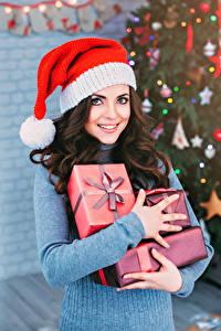 Картинка Рождество Шатенка Подарки Улыбка Взгляд