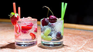 Картинка Напитки Вишня Клубника Стакан Вдвоем Пища