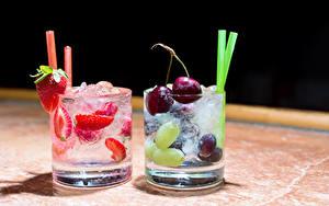 Картинка Напитки Вишня Клубника Стакане Вдвоем Пища