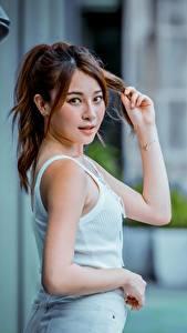 Фотография Азиаты Боке Позирует Руки Шатенка Взгляд девушка