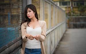 Картинка Азиатки Брюнеток Смотрят Рука Боке