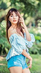 Обои для рабочего стола Азиаты Поза Взгляд Шорт Блузка Размытый фон молодая женщина