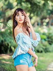 Фотография Азиаты Поза Взгляд Шорт Блузка Размытый фон молодая женщина
