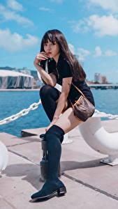 Картинка Азиаты Набережной Сидящие Ноги Взгляд Девушки
