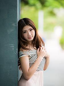 Обои Азиатка Боке Шатенка Смотрят Рука молодая женщина