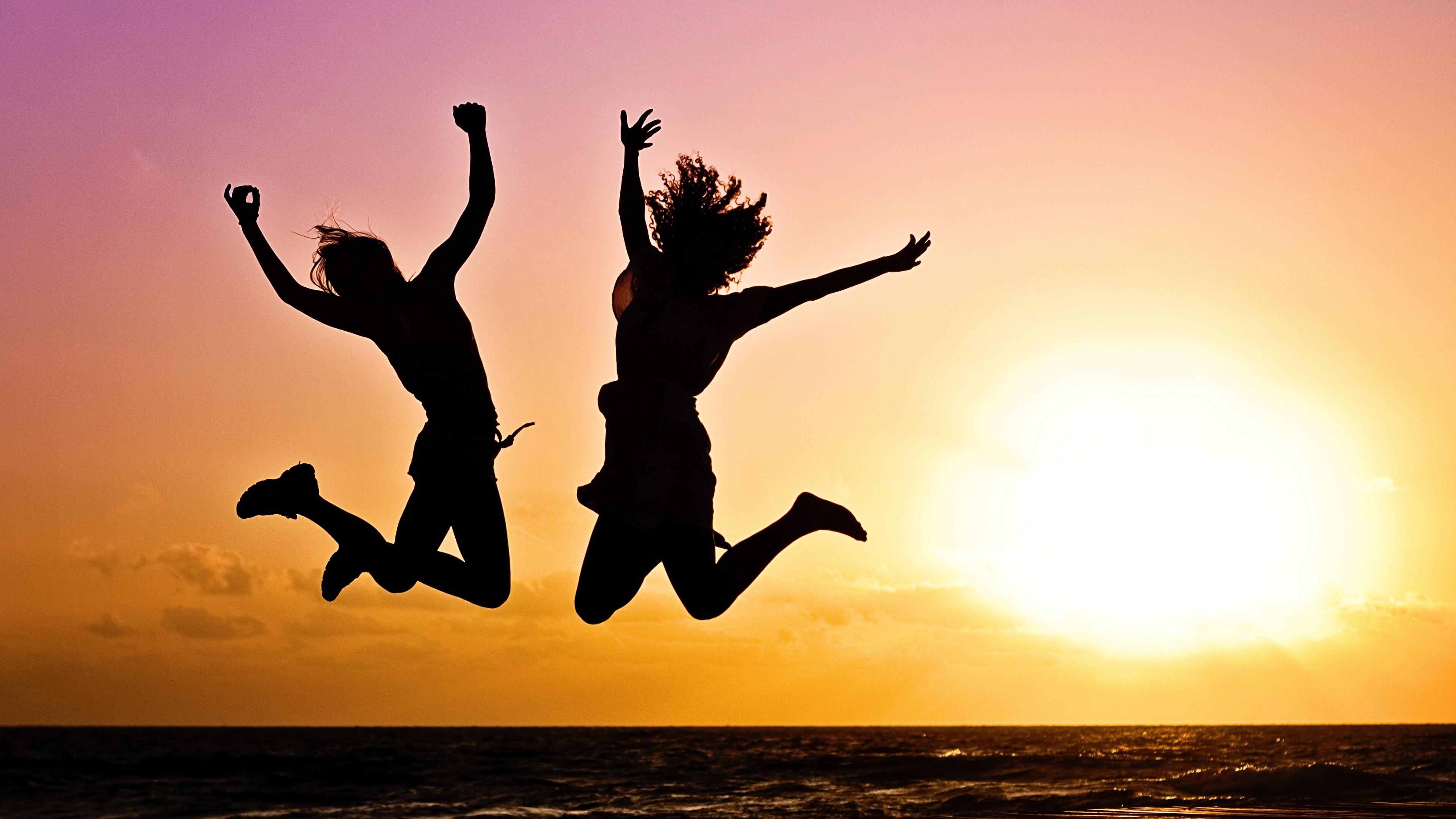 Обои для рабочего стола силуэта Двое Солнце молодые женщины прыгает рассвет и закат 3840x2160 Силуэт силуэты 2 два две вдвоем солнца Девушки девушка молодая женщина Прыжок прыгать в прыжке Рассветы и закаты