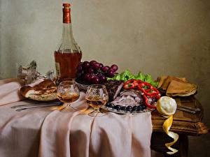 Фото Натюрморт Алкогольные напитки Виноград Ветчина Блины Оливки Лимоны Выпечка Бутылка Бокалы