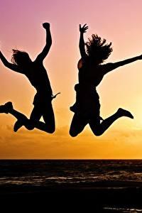 Обои Рассветы и закаты Двое Прыжок Силуэт Солнце Девушки