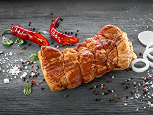 Фотографии Мясные продукты Ветчина Острый перец чили Перец чёрный Лук репчатый Приправы Доски Солью Продукты питания