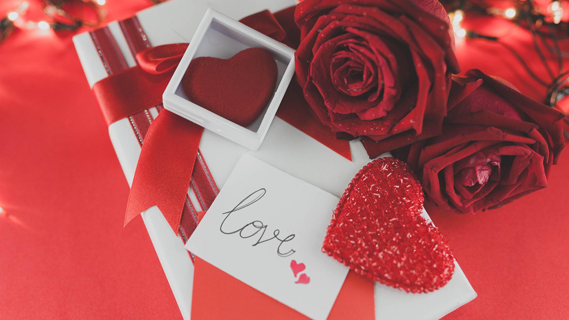 Картинка День всех влюблённых сердечко Розы Бордовый Цветы Подарки Красный фон 1920x1080 День святого Валентина Сердце