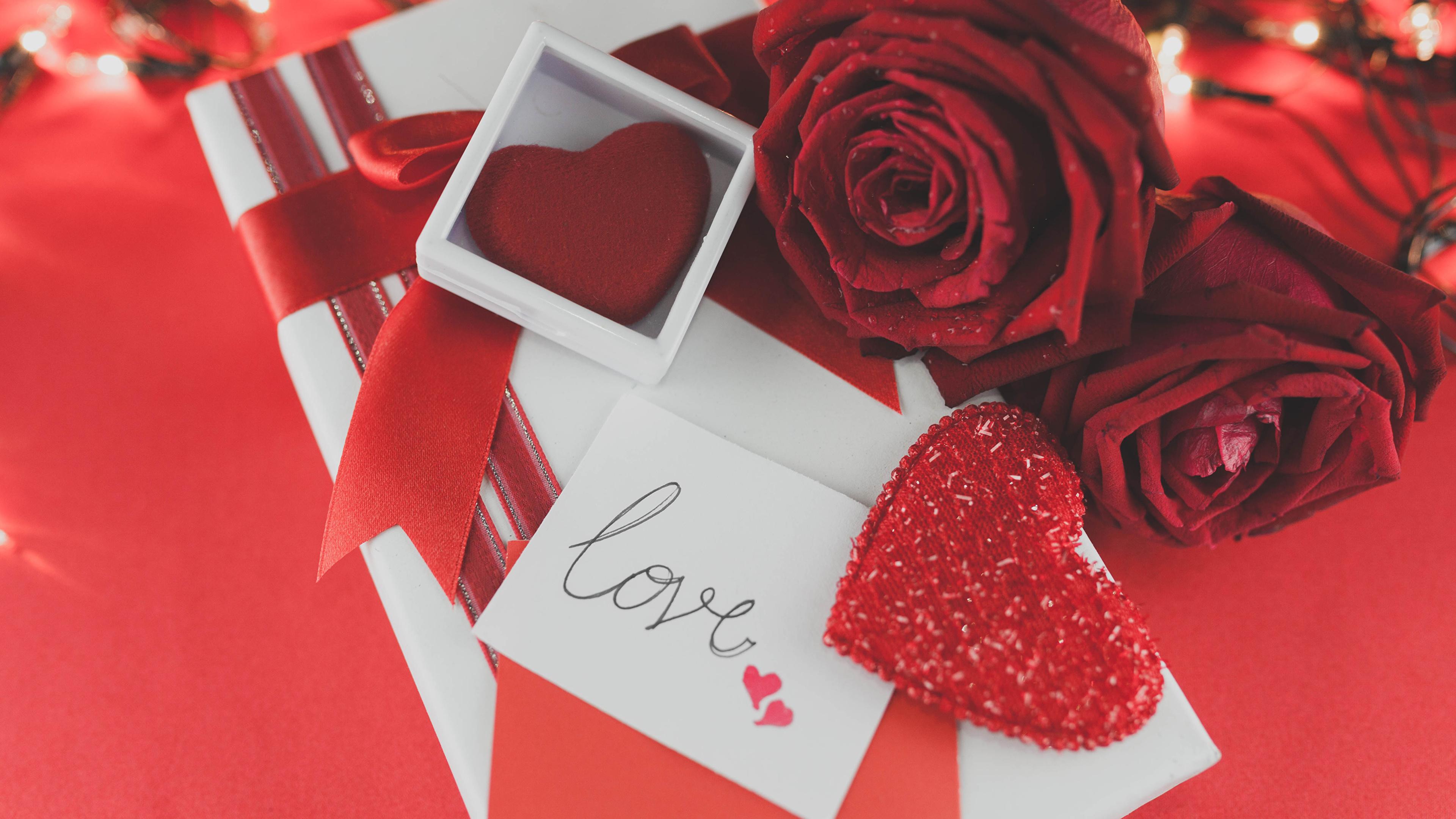 Картинка День всех влюблённых сердечко Розы Бордовый Цветы Подарки Красный фон 3840x2160 День святого Валентина Сердце