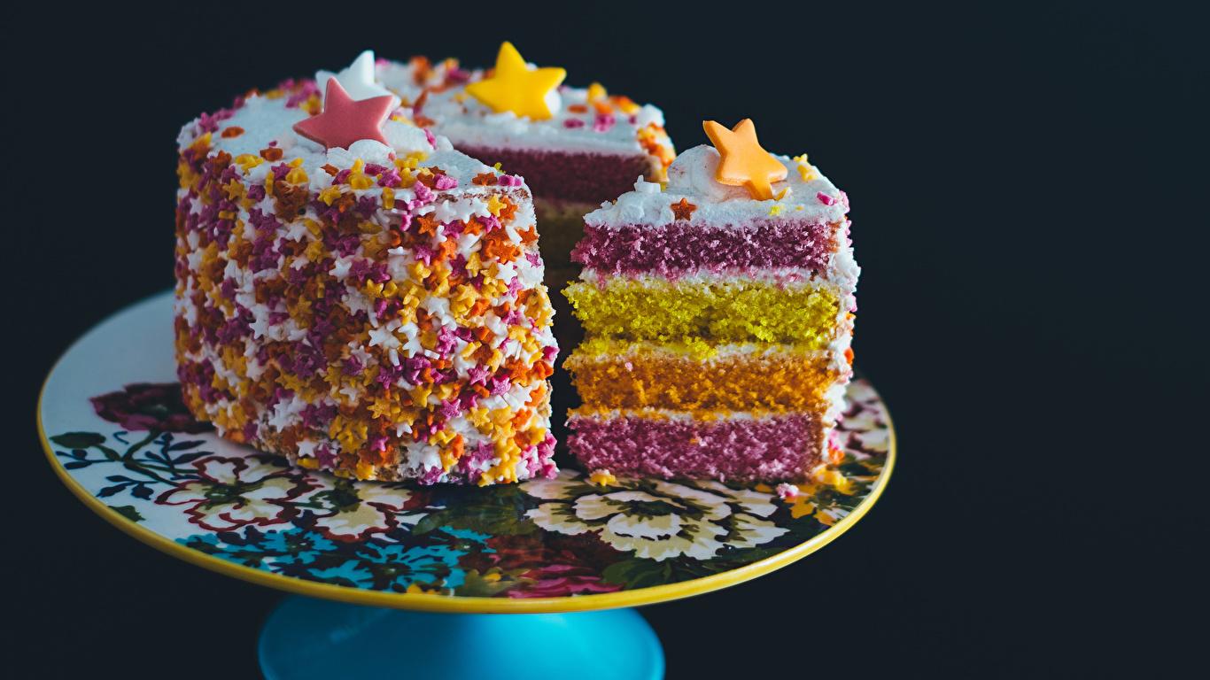 Фотографии Торты Кусок Еда Сладости Черный фон Дизайн 1366x768 часть кусочки кусочек Пища Продукты питания сладкая еда на черном фоне дизайна