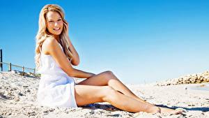 Фотографии Пляже Блондинка Улыбается Ноги молодые женщины