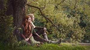 Фотографии Эльф Мужчина Хоббит Сидящие Трава Ствол дерева Косплей Юноша Legolas Tauriel LuckyStrikeCosplay молодая женщина