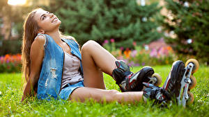 Фотографии Роликах Русая Сидящие Улыбка Трава Красивый Девушки