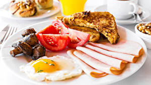 Картинки Колбаса Томаты Грибы Хлеб Завтрак Яичница Тарелка