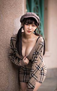 Фотография Азиаты Поза Платье Бейсболка Декольте Смотрит Размытый фон девушка