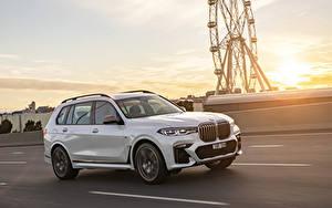 Картинка BMW Белый Металлик Движение 2019 X7 M50d автомобиль